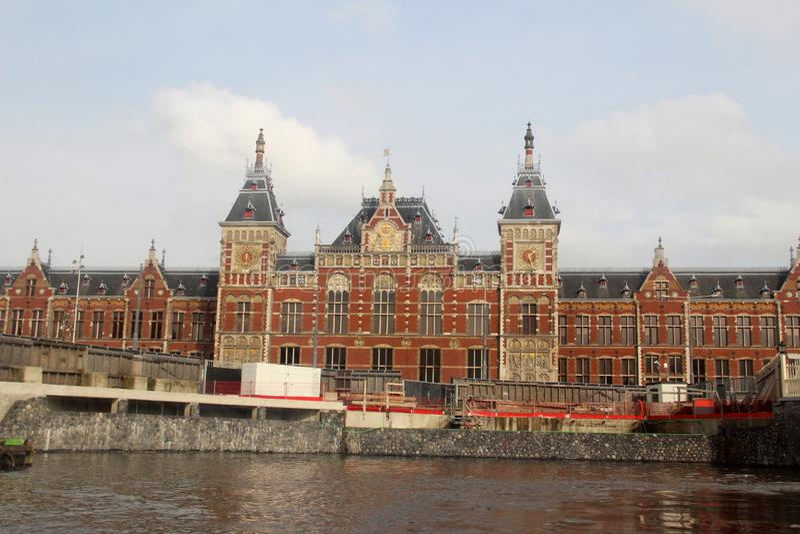 Συνολική άποψη σχετικά με ένα ιστορικό κτήριο επιβολής στην όχθη ποταμού στο Άμστερνταμ Κάτω Χώρες στοκ εικόνες
