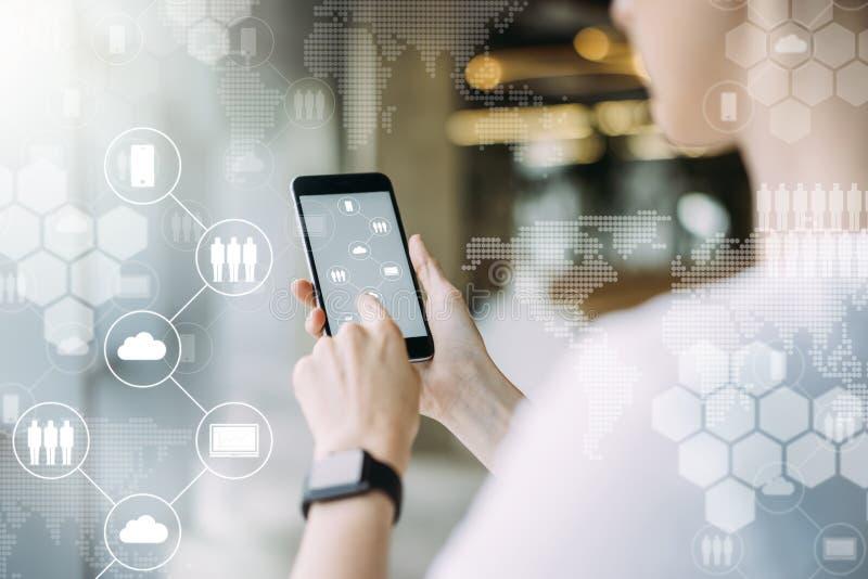 συνομιλίες έννοιας επικοινωνίας δεσμών που έχουν τους ανθρώπους μέσων κοινωνικούς Κοριτσιών, που κουβεντιάζει on-line Τεχνολογία  στοκ εικόνες