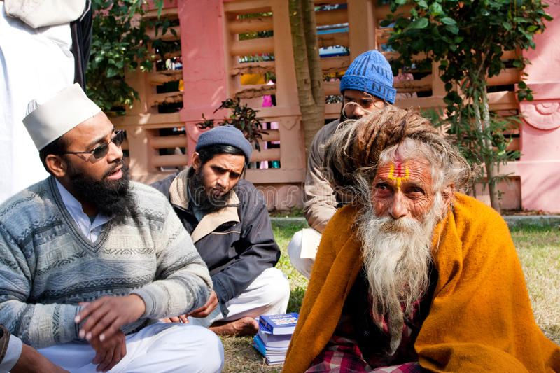 Συνομιλία για το Ισλάμ και το hinduism των μουσουλμανικών ανθρώπων & ενός ινδού ατόμου στοκ φωτογραφία με δικαίωμα ελεύθερης χρήσης