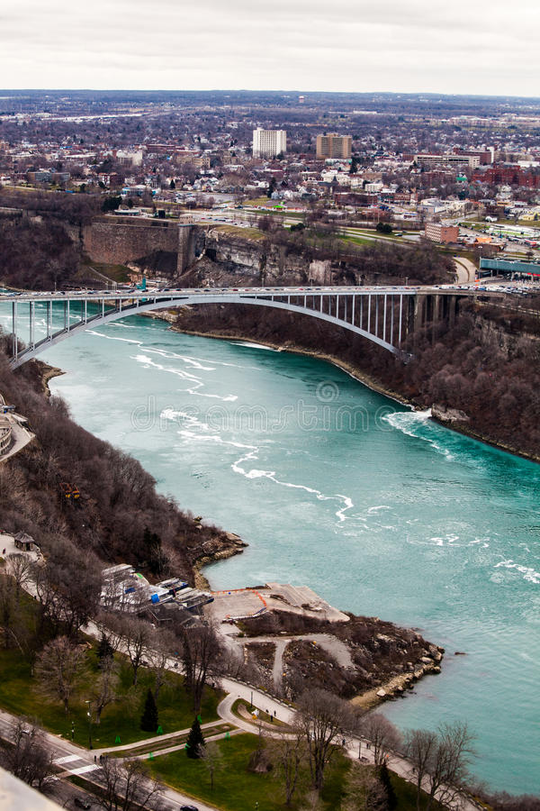 Συνοριακά σύνορο γέφυρα Ηνωμένες Πολιτείες και Καναδάς, καταρράκτες του Νιαγάρα ουράνιων τόξων εναέρια όψη στοκ εικόνα
