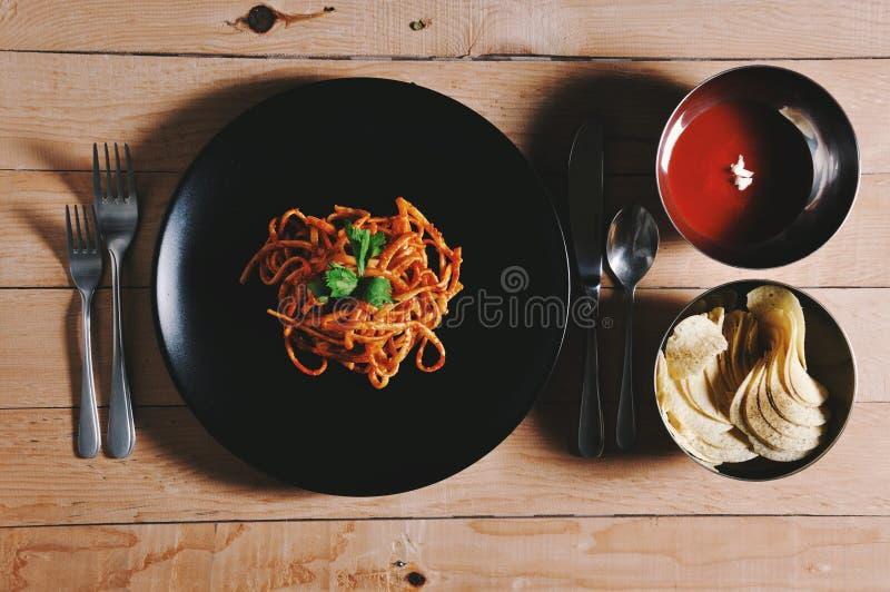 συνοδευόμενος συλλάβετε την ιταλική θέση φωτογραφίας τροφίμων αρχείων κουζίνας κοτόπουλου που επεξεργάζεται το επαγγελματικό ακατ στοκ εικόνες