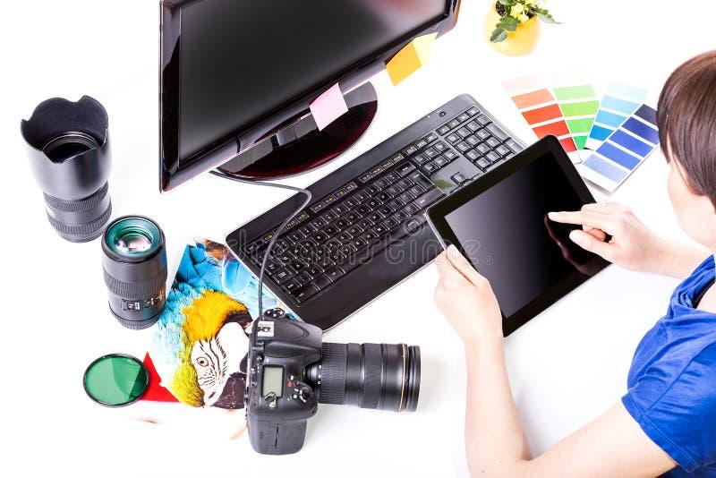 Συντάκτης φωτογραφιών που εργάζεται στον υπολογιστή. στοκ φωτογραφίες με δικαίωμα ελεύθερης χρήσης