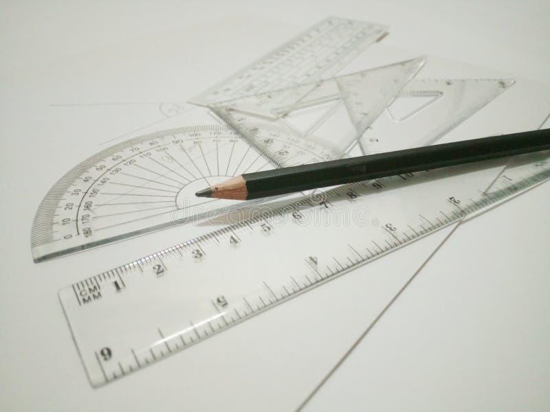 Συντάσσοντας τα εργαλεία και το μολύβι είναι στο άσπρο υπόβαθρο στοκ φωτογραφία