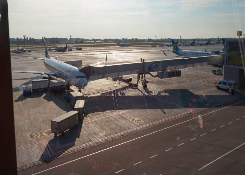 Συντήρηση επιβατηγών αεροσκαφών στο διεθνή αερολιμένα στοκ φωτογραφίες με δικαίωμα ελεύθερης χρήσης