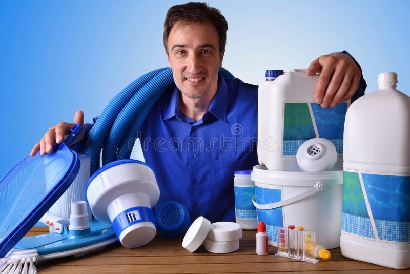 Συντήρηση πισινών εμπορική με το μπλε υπόβαθρο στοκ εικόνες με δικαίωμα ελεύθερης χρήσης
