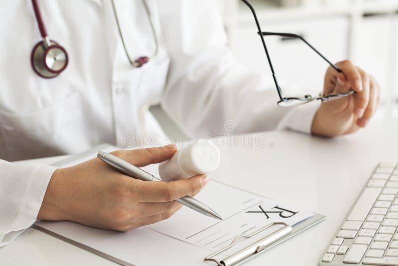 Συνταγή γραψίματος γιατρών γυναικών στοκ φωτογραφία με δικαίωμα ελεύθερης χρήσης