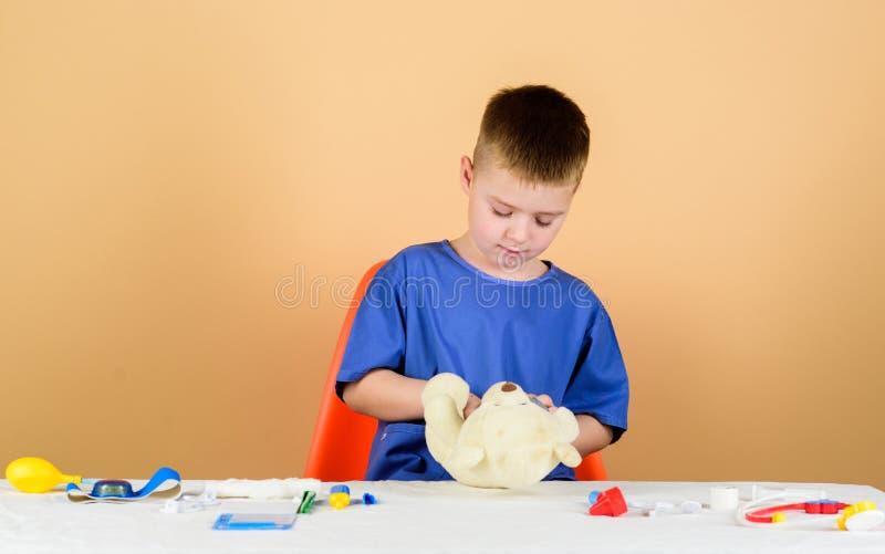 Συνταγή επεξεργασίας νοσοκομείο ιατρική και υγεία Οικότροφος παιδιάτρων μικρό παιδί ιατρικό σε ομοιόμορφο γιατρός παιδιών στοκ φωτογραφίες