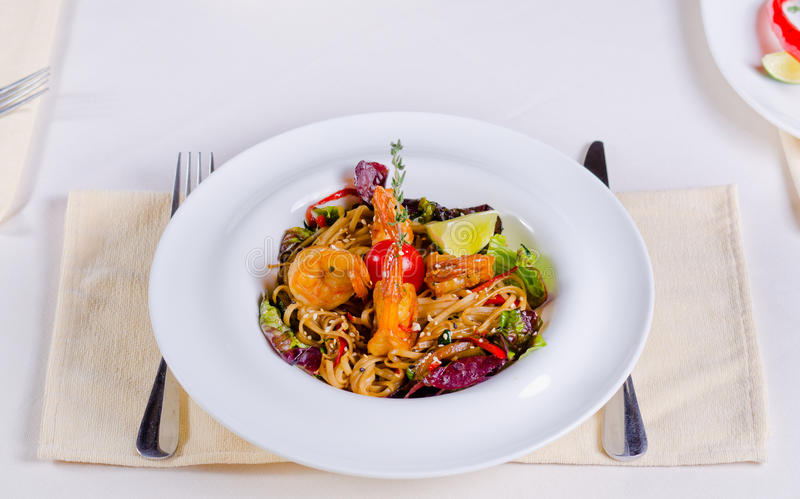 Συνταγή ζυμαρικών ειδικότητας με τις γαρίδες και τα λαχανικά στοκ εικόνες