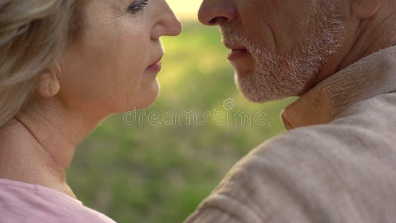 Συνταξιούχοι σύζυγος και σύζυγος που απολαμβάνουν το χρόνο μαζί, στενότητα ζευγών, πάθος στοκ φωτογραφίες