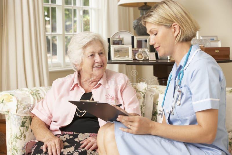 Συνταξιούχος ανώτερη γυναίκα που έχει τον έλεγχο υγείας με τη νοσοκόμα στο σπίτι στοκ φωτογραφίες με δικαίωμα ελεύθερης χρήσης