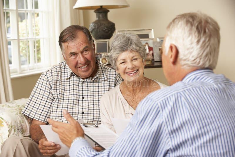 Συνταξιούχος ανώτερη συνεδρίαση ζεύγους στον καναπέ που μιλά στον οικονομικό σύμβουλο στοκ εικόνες με δικαίωμα ελεύθερης χρήσης
