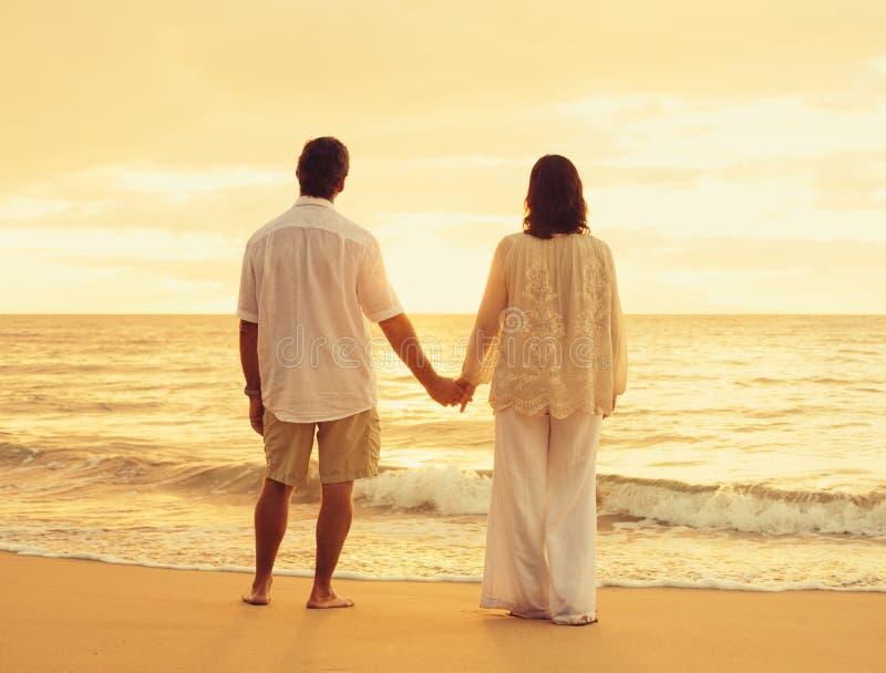 Συνταξιούχο ζεύγος στην παραλία στοκ φωτογραφία