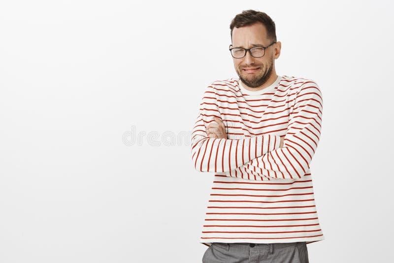 Συντετρημμένος άθλιος ενήλικος φίλος στα γυαλιά, που διασχίζουν τα χέρια στο στήθος και φωνάζοντας, που προσβάλλεται ή τη σούπα π στοκ εικόνες με δικαίωμα ελεύθερης χρήσης