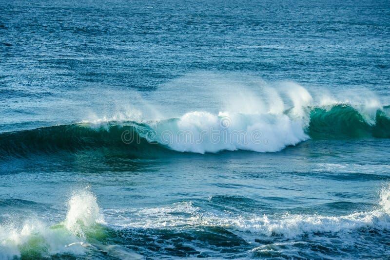 Συντετριμμένο κύμα στον ωκεανό στα κεφάλια Fingal, ενδοχώρα Gold Coast στοκ φωτογραφίες