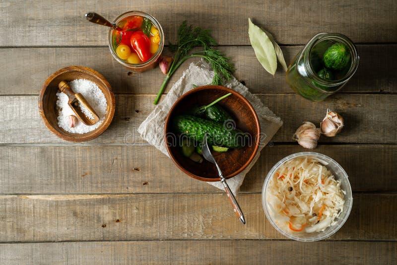 Συντηρημένα αγγούρια, λάχανο, ντομάτες στο αγροτικό ξύλινο υπόβαθρο Τοπ άποψη, οριζόντια εικόνα στοκ εικόνες με δικαίωμα ελεύθερης χρήσης