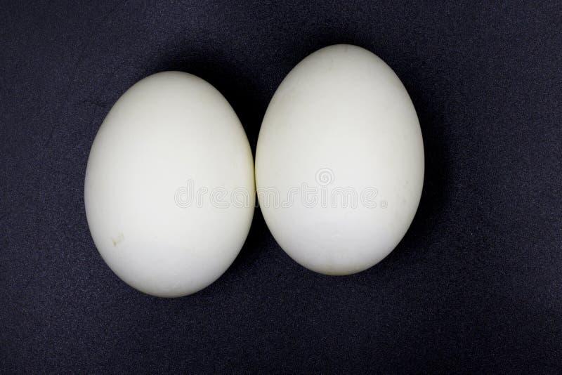 Συντηρημένα αυγά παπιών απομονωμένος στο μαύρο υπόβαθρο στοκ φωτογραφία
