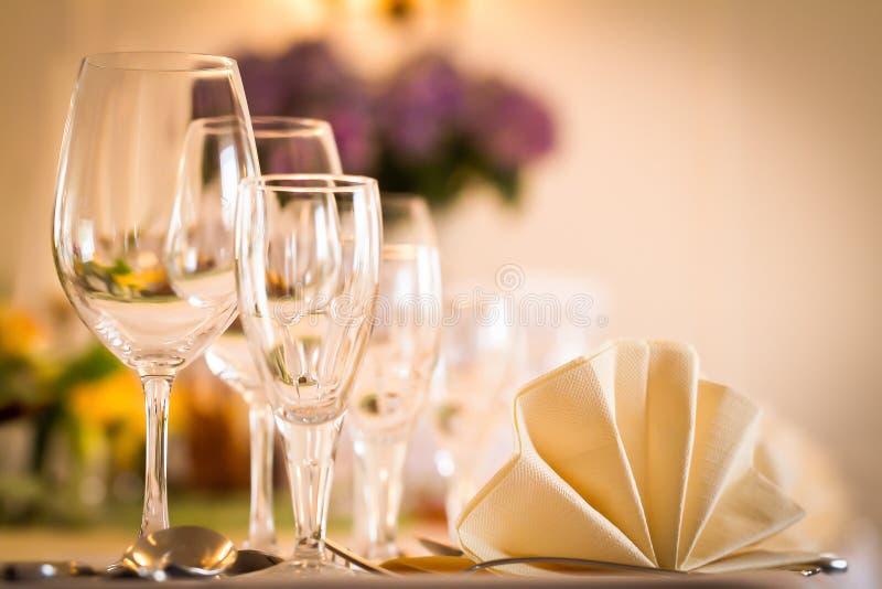 ΣΥΝΤΟΜΟ ΧΡΟΝΟΓΡΆΦΗΜΑ - Εορταστική επιτραπέζια ρύθμιση με τα γυαλιά και εξυπηρετημένος και μαχαιροπήρουνα στοκ εικόνα