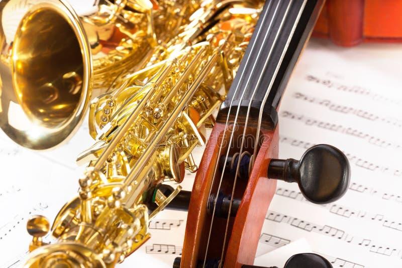 Συντονίζοντας γόμφοι Violoncello και λαμπρό saxophone alto στοκ εικόνες