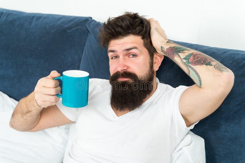 Συντονίστε μέσα στη νέα ημέρα Ξύπνημα πρωινού καλύτερα με τον καφέ φλυτζανιών Χαλαρώστε και στηριχτείτε τα τρεξίματα ανθρωπότητας στοκ φωτογραφία με δικαίωμα ελεύθερης χρήσης
