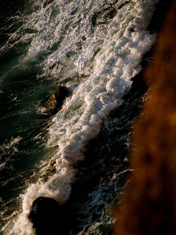 Συντρίβοντας κύματα άνωθεν στοκ φωτογραφία