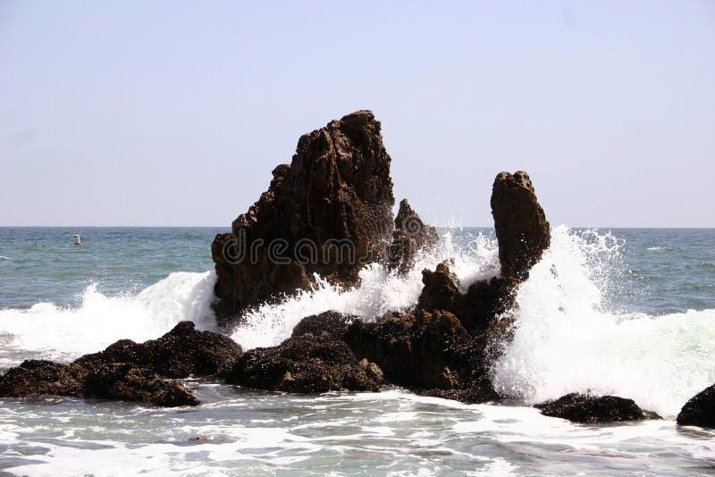 συντρίβοντας κύματα βράχω&nu στοκ εικόνα με δικαίωμα ελεύθερης χρήσης