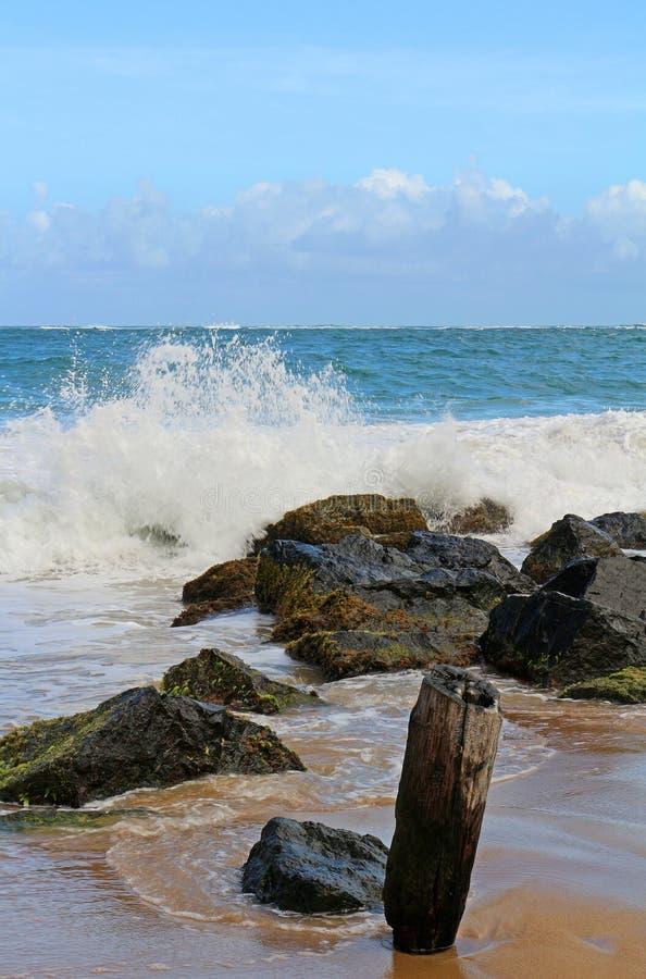 συντρίβοντας κύματα στοκ φωτογραφία