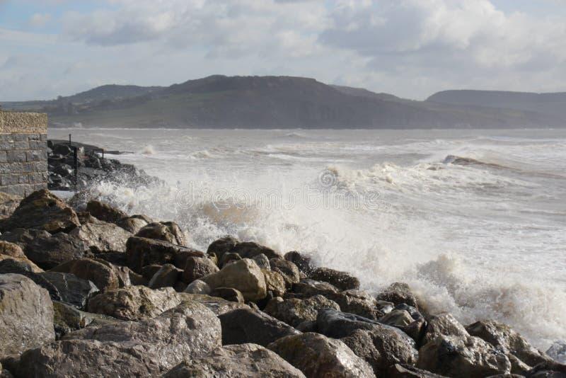συντρίβοντας κύματα στοκ εικόνα με δικαίωμα ελεύθερης χρήσης