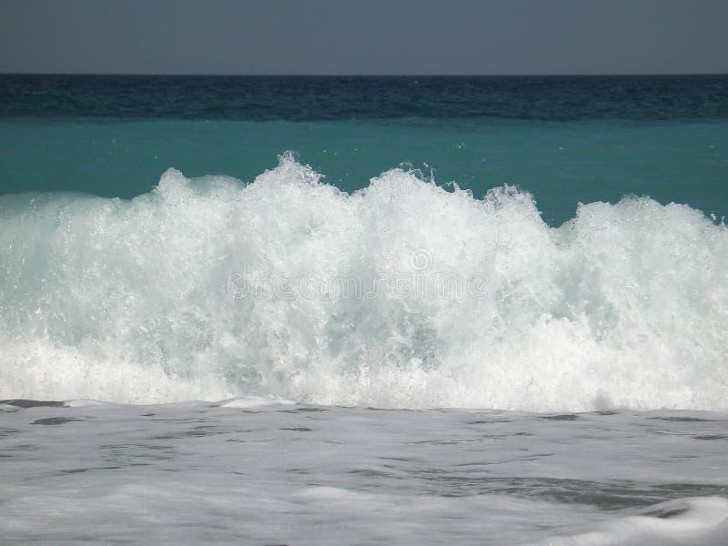 συντρίβοντας κύμα ακτών στοκ φωτογραφίες