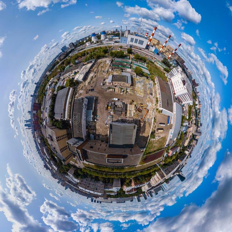 Συντρίβοντας τα παλαιά κτήρια για την κατασκευή νέα Κεραία 360 βαθμός s στοκ εικόνα