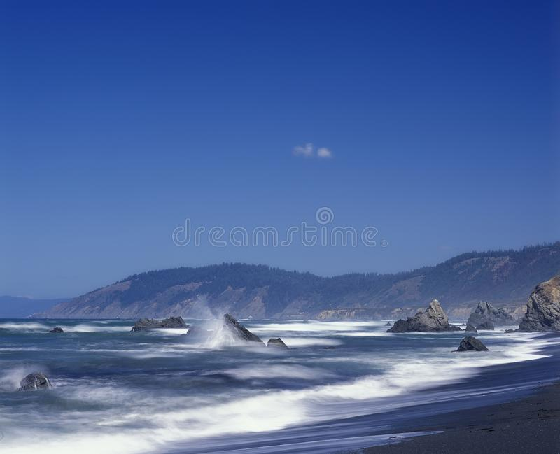 Συντριβή κυμάτων ενάντια στους βράχους στη κομητεία Καλιφόρνια Mendocino στοκ φωτογραφία