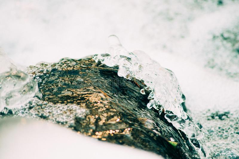 συντριμμένος ανασκόπηση πά&ga Κομμάτια των συντριμμένων κύβων πάγου στο μαύρο υπόβαθρο Διαστημική, τοπ άποψη αντιγράφων στοκ φωτογραφία με δικαίωμα ελεύθερης χρήσης