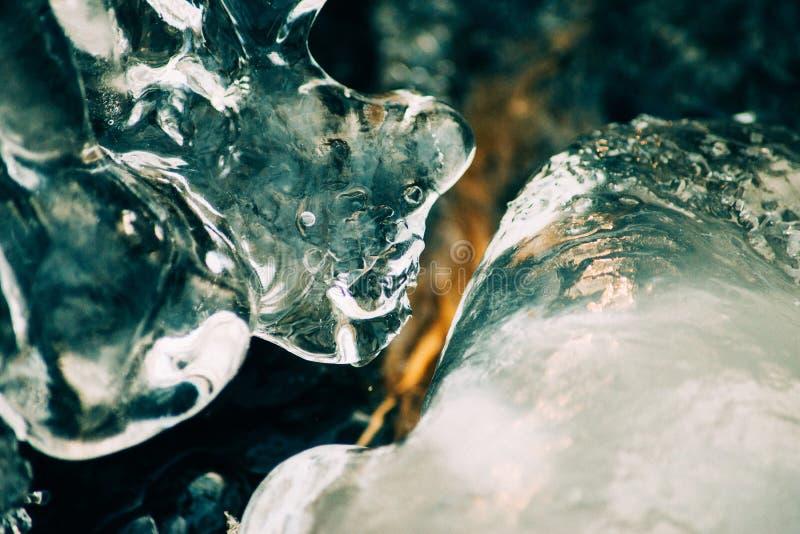 συντριμμένος ανασκόπηση πά&ga Κομμάτια των συντριμμένων κύβων πάγου στο μαύρο υπόβαθρο Διαστημική, τοπ άποψη αντιγράφων στοκ φωτογραφίες