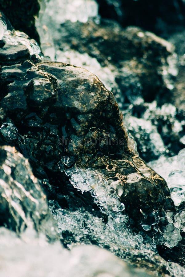 συντριμμένος ανασκόπηση πά&ga Κομμάτια των συντριμμένων κύβων πάγου στο μαύρο υπόβαθρο Διαστημική, τοπ άποψη αντιγράφων στοκ εικόνες