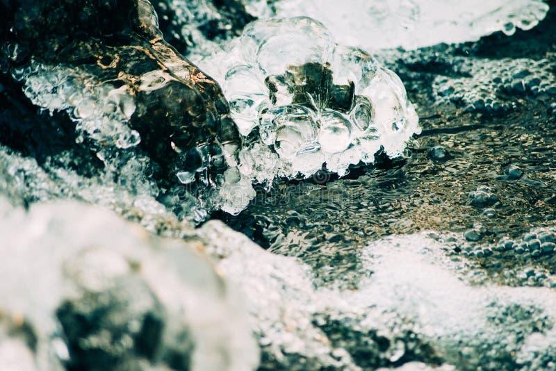 συντριμμένος ανασκόπηση πά&ga Κομμάτια των συντριμμένων κύβων πάγου στο μαύρο υπόβαθρο Διαστημική, τοπ άποψη αντιγράφων στοκ εικόνα
