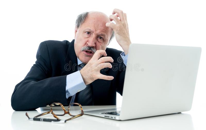 Συντριμμένος και κουρασμένος παλαιός επιχειρηματίας που εργάζεται με το lap-top που αισθάνεται στο γραφείο στοκ εικόνες με δικαίωμα ελεύθερης χρήσης