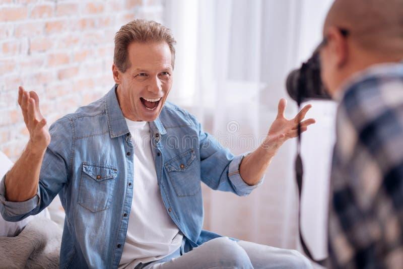 Συντριμμένος με τη θετική ηλικίας συγκινήσεις τοποθέτηση ατόμων στοκ εικόνες
