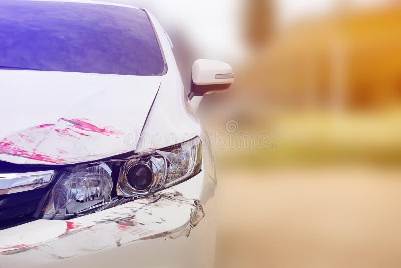 Συντριμμένος στους μπροστινούς προβολείς του άσπρου αυτοκινήτου στοκ εικόνα με δικαίωμα ελεύθερης χρήσης