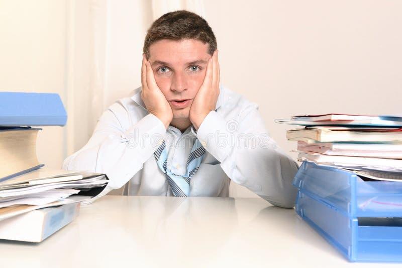 Συντριμμένος τονισμένος καταπονημένος σπουδαστής ή επιχειρηματίας στοκ φωτογραφίες