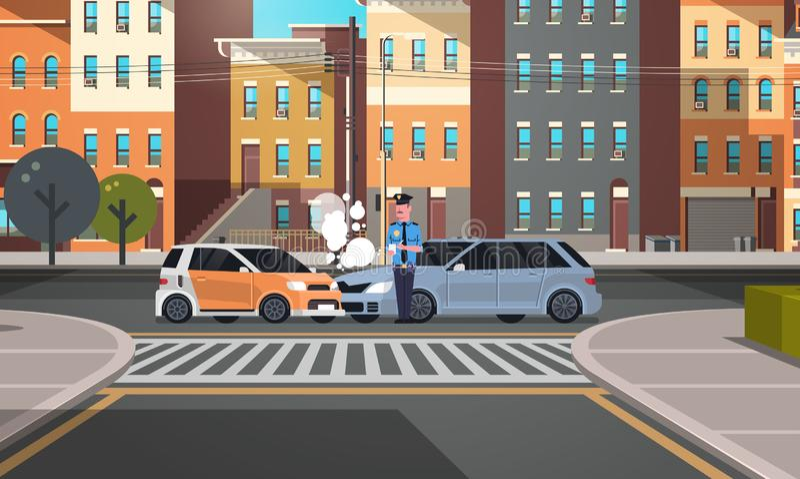 Συντριφθείς αστυνομικός τροχαίου ατυχήματος αυτοκινήτων στον ομοιόμορφο εκδίδοντας αστυνομικό εκθέσεων που γράφει τα νομικά λεπτά απεικόνιση αποθεμάτων