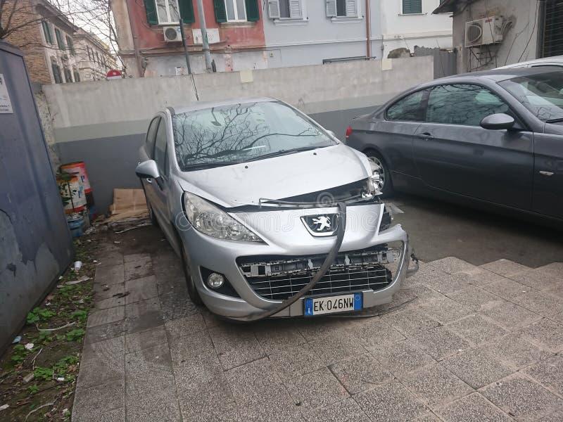 Συντριφθε'ν γκρίζο Peugeot αυτοκίνητο στοκ φωτογραφίες