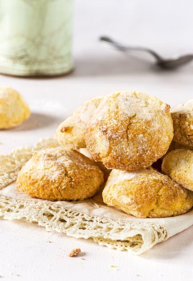 Συνόψεις σπιτικών μπισκότων Amaretti σε ευαίσθητο φόντο στοκ φωτογραφία με δικαίωμα ελεύθερης χρήσης