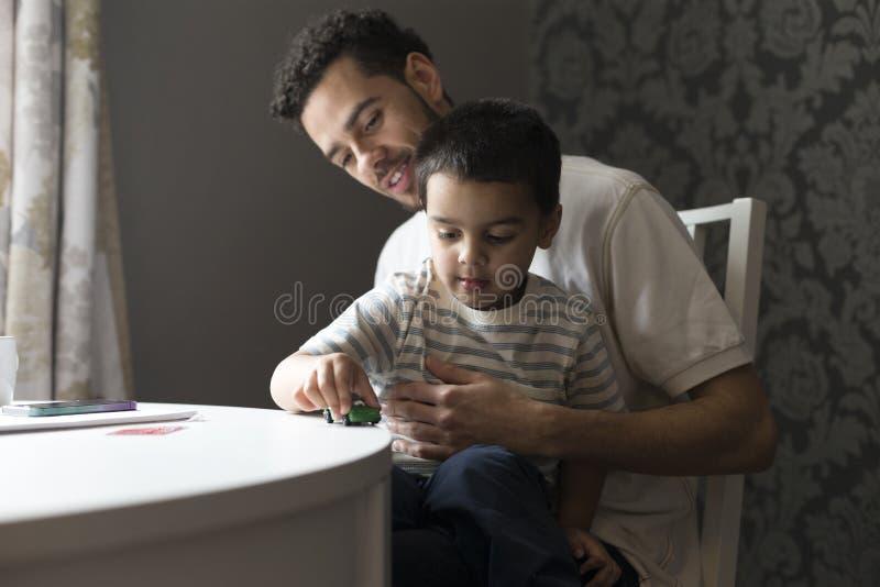 συνδέοντας γιος πατέρων στοκ φωτογραφίες