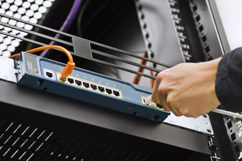 Συνδέοντας καλώδιο δικτύων στο διακόπτη στοκ εικόνες