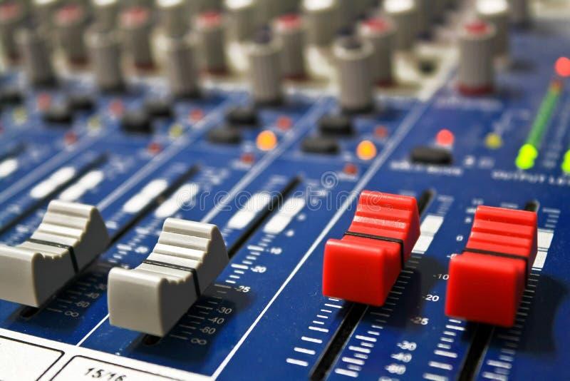 Συνδέστε ένα μικρόφωνο και ένα εξόγκωμα ελέγχου όγκου στην επιτροπή στοκ φωτογραφίες με δικαίωμα ελεύθερης χρήσης