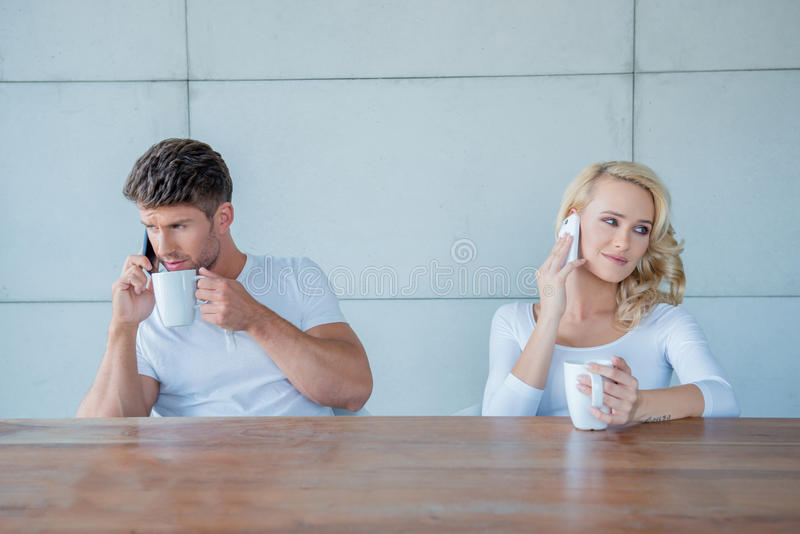 Συνδέστε και των δύο χρησιμοποιώντας τα κινητά τηλέφωνά τους στοκ φωτογραφία