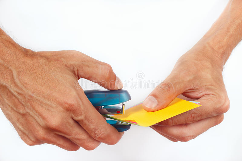 Συνδεμένο χέρια stapler εγγράφου στο άσπρο υπόβαθρο στοκ εικόνα