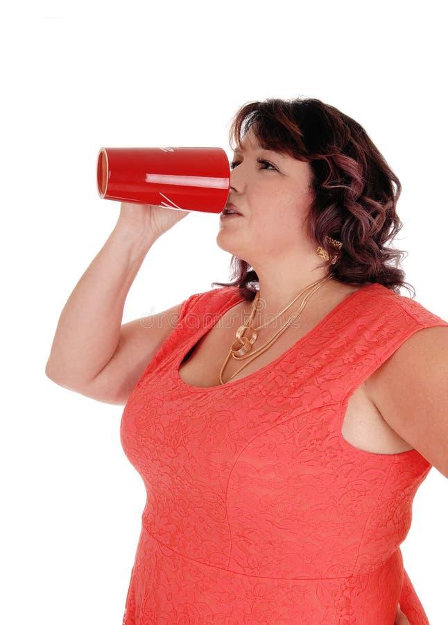 Συν-ταξινομημένη κατανάλωση γυναικών από την κόκκινη κούπα στοκ φωτογραφία