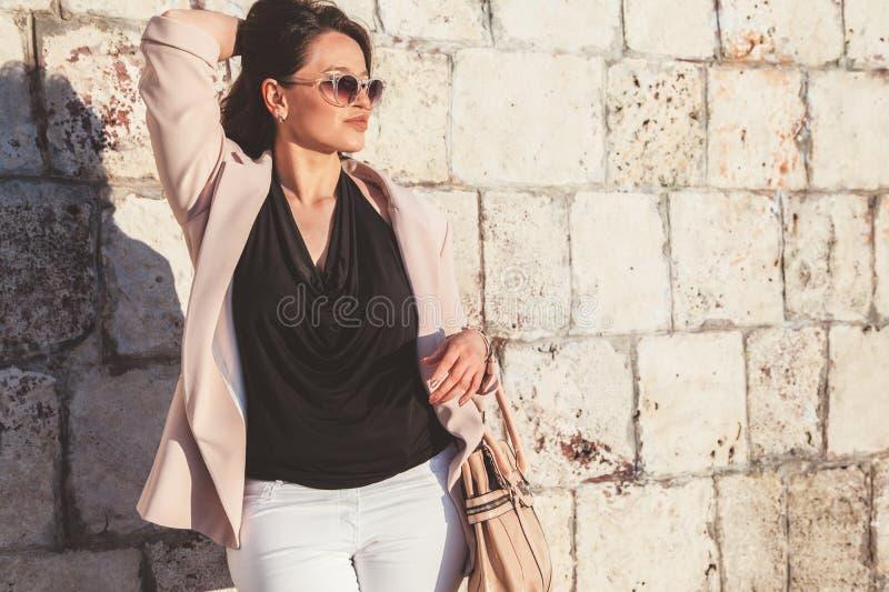 Συν τα πρότυπα φορώντας ενδύματα μόδας μεγέθους στην οδό πόλεων στοκ φωτογραφία
