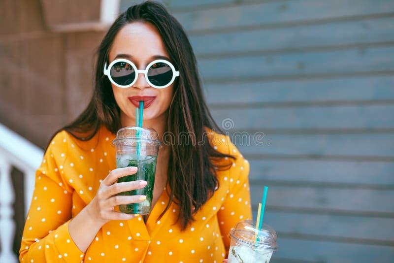Συν το μέγεθος η κατανάλωση γυναικών παίρνει μαζί το κοκτέιλ πέρα από τον τοίχο καφέδων πόλεων στοκ εικόνες με δικαίωμα ελεύθερης χρήσης