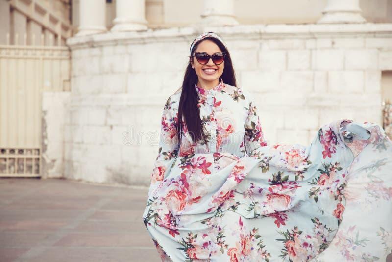 Συν το πρότυπο μεγέθους στο floral φόρεμα στοκ φωτογραφίες